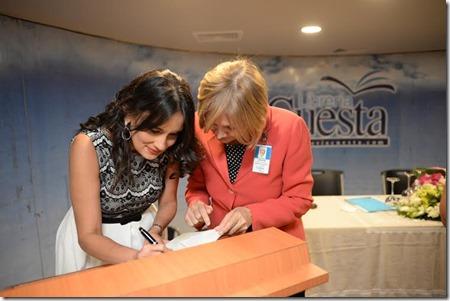 6Pastora Montserrat mientras firma uno de los libros